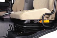 Ghế tài xế trang bị đệm khí nén (tuỳ chọn) giúp giảm chấn, đem lại cảm giác thoải mái.