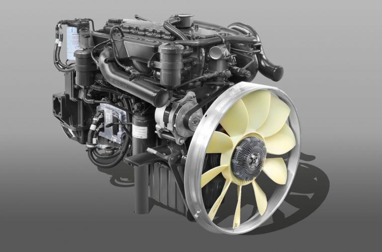 Động cơ DOOSAN DL06K Công suất: 280 PS/2.500 rpm Momen xoắn: 981N.m/1.400rpm Dung tích xylanh: 5.890cc