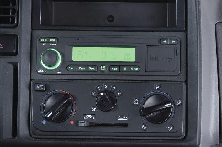 Radio, máy nghe nhạc và cụm điều khiển hệ thống điều hòa nhiệt độ.