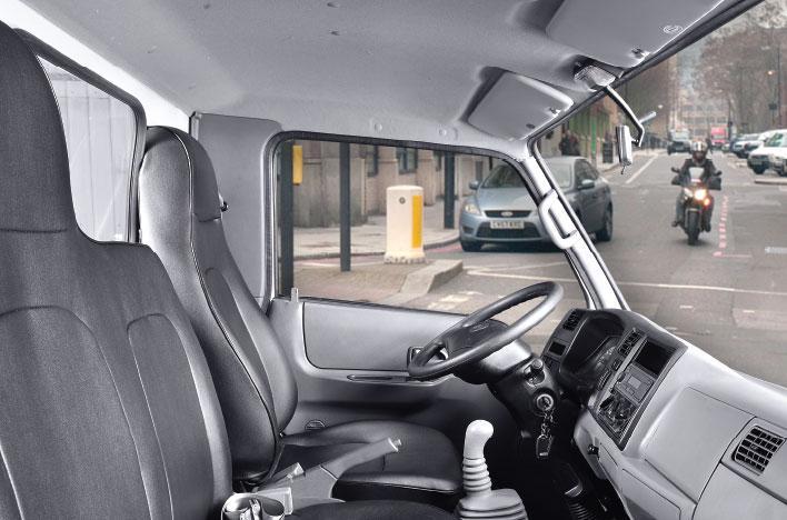 Cabin rộng rãi với 3 ghế ngồi có dây đai an toàn, ghế lái được trang bị cơ cấu trượt - ngả.