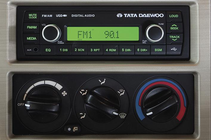 Radio + cụm điều khiển điều hoà nhiệt độ